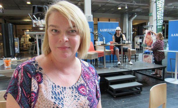 Elina Knihtilä iloitsee jatkokaudestaan Teakin professorina.