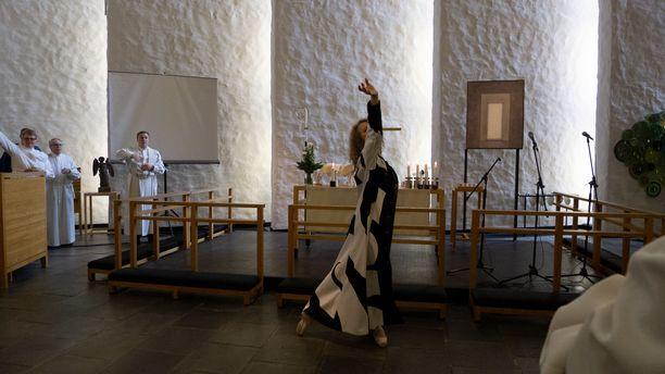 Tanssiva teologiopiskelija Riina Laurila oli 18-vuotiaasta lähtien Suomen Kansallisbaletin tanssijana. Hän työskenteli balettitanssijana 25 vuotta, mutta rinnalle nousivat teologian opinnot Helsingin yliopistossa. Hän myös opettaa tanssia eri studioilla, kuten Kansallisoopperassa ja baletissa sekä Xaris Finlandin tanssityöpajassa. Kuvassa Riina tanssii Vantaan Korson kirkossa Sansan medialähetyspäivillä.