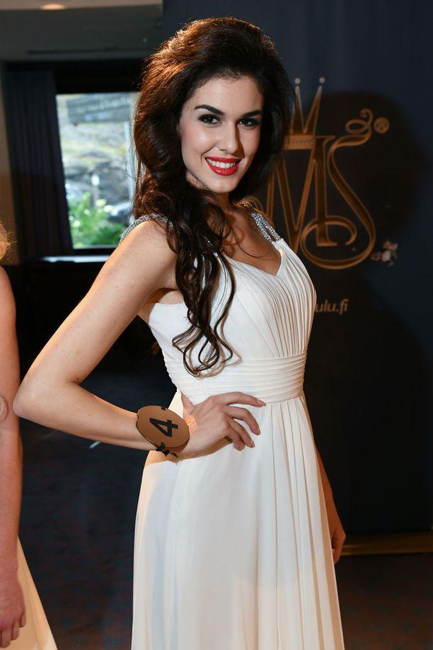 Adriana kilpailee Miss Suomi 2017 -finaalissa numerolla neljä.