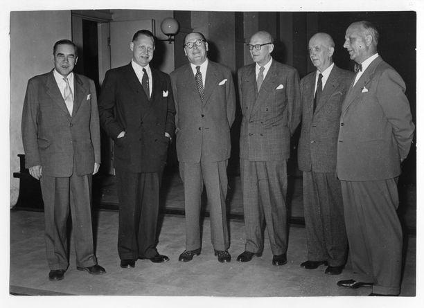 Sakari Tuomioja (toinen vasemmalta) pyrki presidentiksi vuoden 1956 vaaleissa. Kuvassa presidenttiehdokkaat puhetilaisuudessa Helsingin yliopistolla.