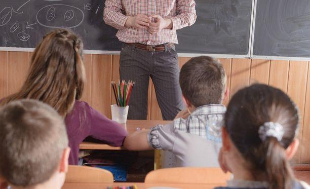 Iltalehden lukijat vaativat linjausta siitä, miten opettaja saa toimia koulussa. Monet kokivat opettajan potkut pöyristyttävinä.