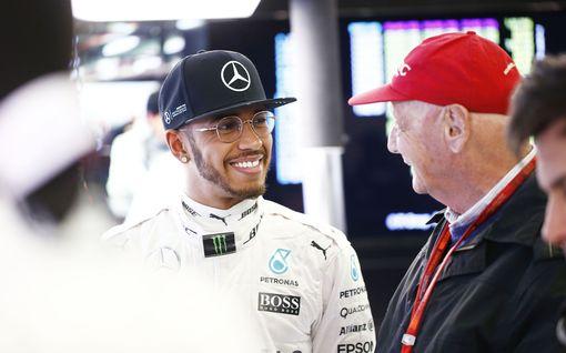 """Lewis Hamilton tapasi Niki Laudan tämän viimeisinä hetkinä – ystävän menettäminen järkyttää edelleen: """"Oli vaikeaa nähdä hänet"""""""