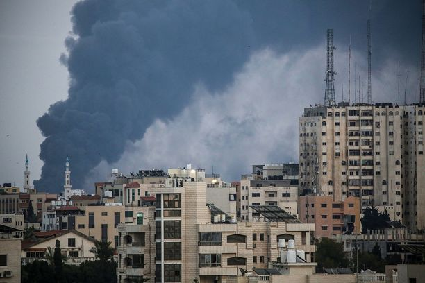 Vielä tulitauon kynnyksellä Gazassa tehtiin uusia ilmaiskuja.