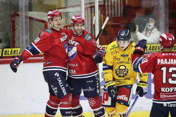 Teemu Tallbergin (vas.) 2–1-maalia juhlivat myös ketjukaverit Sebastian Dyk ja Otto Paajanen. Lukon Niklas Ylitalo on allapäin.