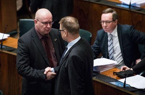 Myös perussuomalaisten eduskuntaryhmän puheenjohtaja Jari Lindström kävi ennen täysistunnon alkua esittämässä surunvalittelunsa Sipilälle.
