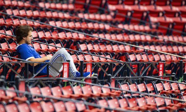 Yhdysvaltojen kansallisurheilun, baseballin, ammattilaisliiga MLB käynnistyy perjantaina tyhjillä stadioneilla. Myöskään pelaajat eivät saa enää syljeskellä otteluiden aikana.