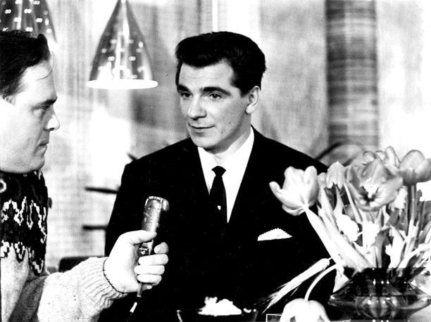 Toimittaja Paavo Noponen (vas.) haastatteli 1966 toisen kerran urallaan Vuoden urheilijaksi valittua Eero Mäntyrantaa.