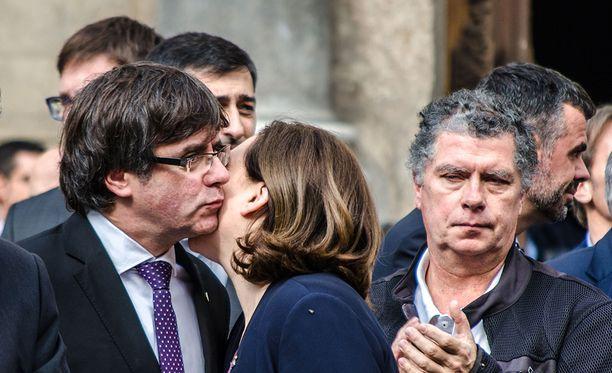 Katalonian itsehallinnon johtaja Carles Puigdemont (vas.) on allekirjoittanut katalonian itsenäistymisjulistuksen, mutta ei ole pannut sitä toimeen.