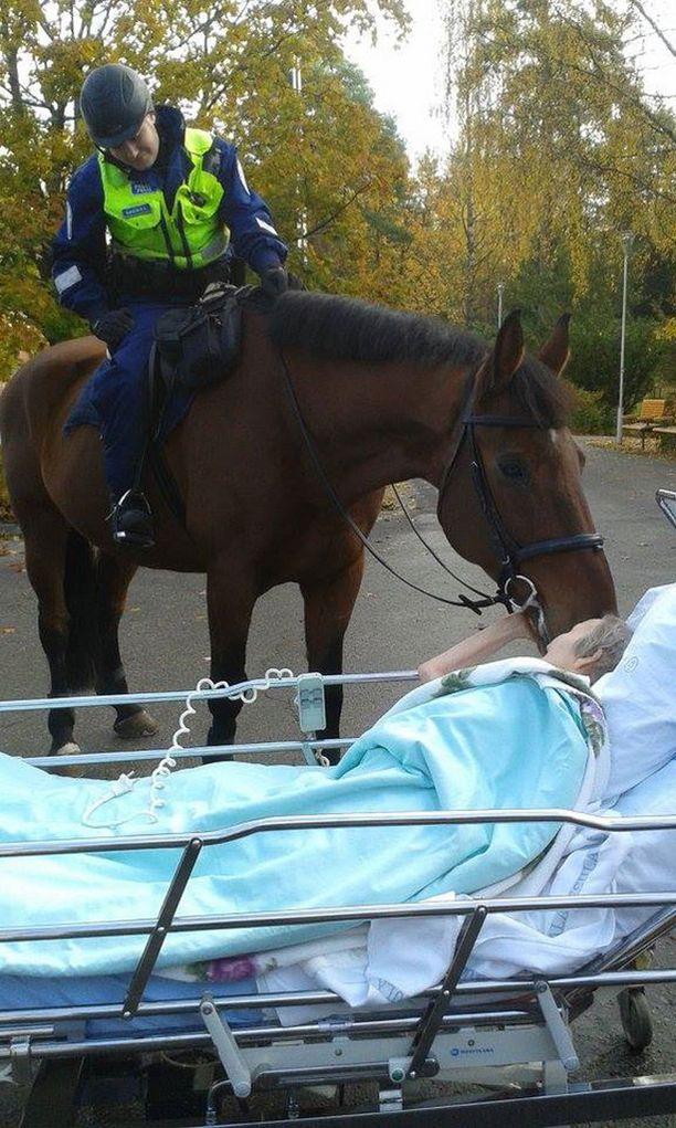 90-vuotias Elvi sai turpaisen suukon.