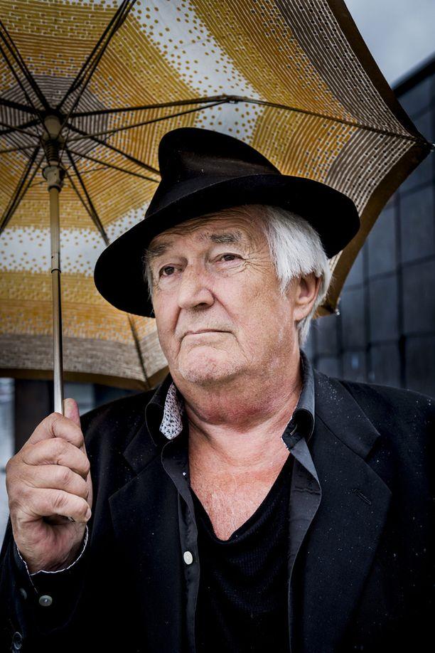 Kirjailija Henning Mankell kuoli syöpään maanantaina Göteborgissa. Hänen viimeiseksi teoksekseen jäi elokuussa suomeksi ilmestynyt Ruotsalaiset saappaat.