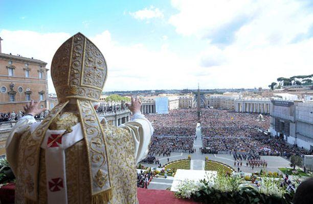Paavi piti perinteisen Urbi et Orbi puheensa Vatikaanissa pääsiäisenä.