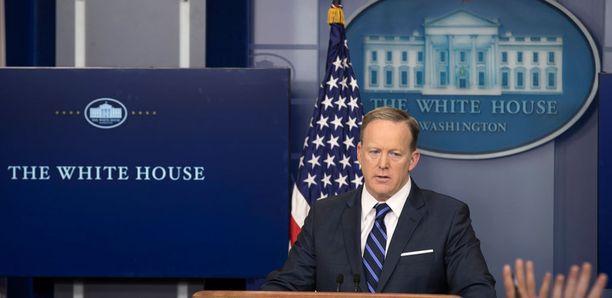 Sean Spicer mokaili kunnolla lehdistötilaisuudessa.