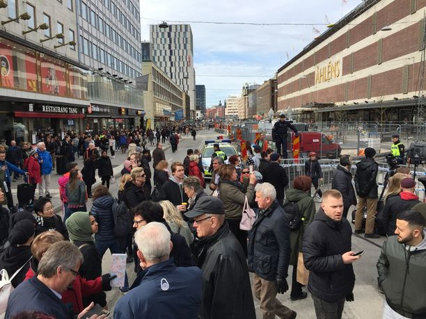 Ihmisiä on kerääntynyt poliisin eristämän Åhlensin tavaratalon ympärille.