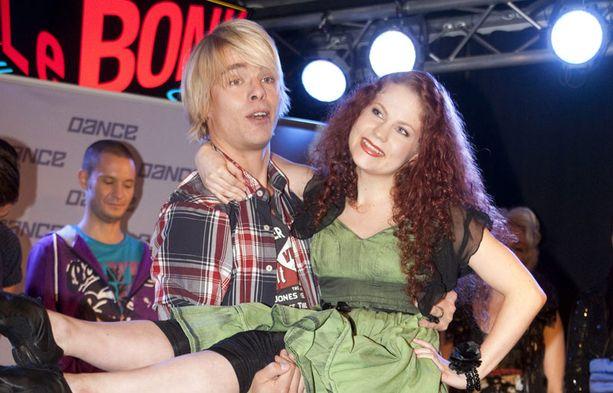 Pasi tanssi ohjelmassa muun muassa Mia-Mari Sinkkosen kanssa, joka myös jatkaa vielä kisaa.