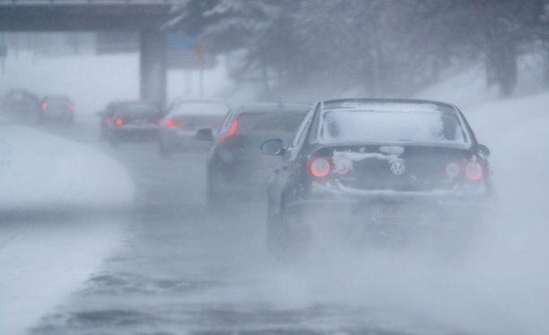 Ajokeli on torstaina huono lähes koko maassa, kertoo Ilmatieteen laitos.