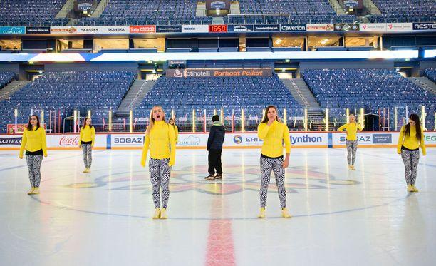 Tänään on vuorossa esiintyminen myös jäällä. Tanssia harjoitellaan puolitoista tuntia ennen ottelun alkua.