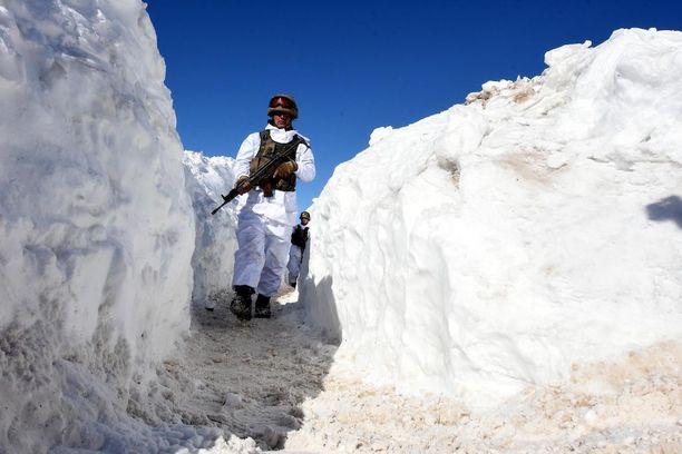 Lunta on satanut runsaasti myös naapurimaissa. Kuvassa turkkilainen sotilas partioimassa vuorilla lähellä Iranin ja Irakin rajaa.