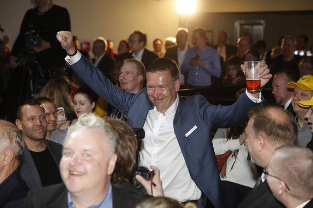 Tom Packalen iloitsi tuoppi kädessä, kun perussuomalaiset meni kokoomuksen ohi.