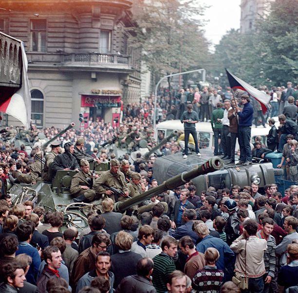 Mielenosoittajat tukkivat tankkien tien seisomalla niiden päällä.