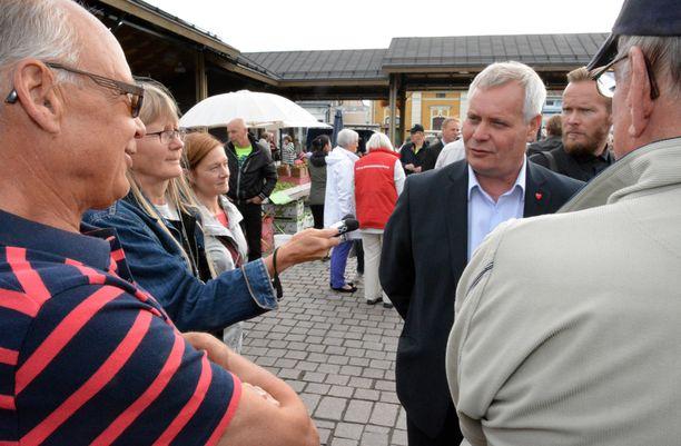 Harri Vanne (vas.) tenttasi Antti Rinteeltä syitä siihen, että junalauttatilaus meni Rauman sijaan Puolaan.
