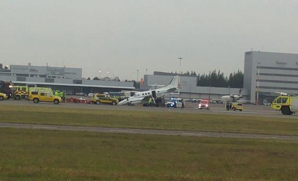 Onnettomuuspaikalla oli useita poliisin ja pelastuslaitoksen yksiköitä.