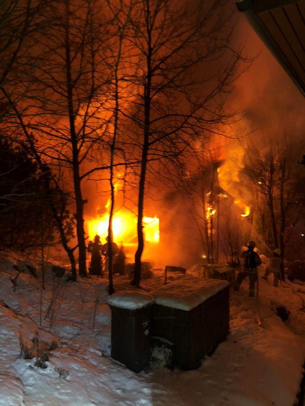 Pelastuslaitos otti tämän kuvan iltapäivällä sunnuntaina, kun palo oli kiivaimmillaan.