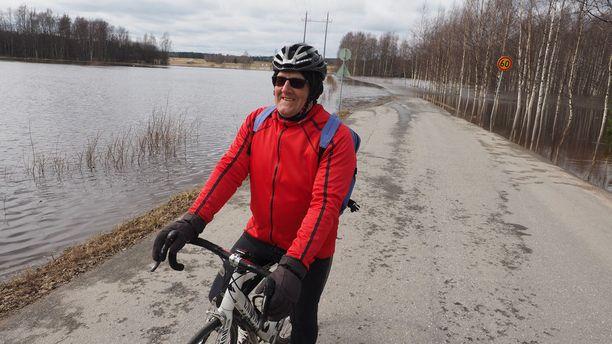 Polkupyörälenkillä oleva Jorma Mäkelä joutui miettimään maanantaina pyörälenkkinsä reitin Kuortaneella uudelleen, kun tie oli Pukkisillan läheisyydessä poikki.