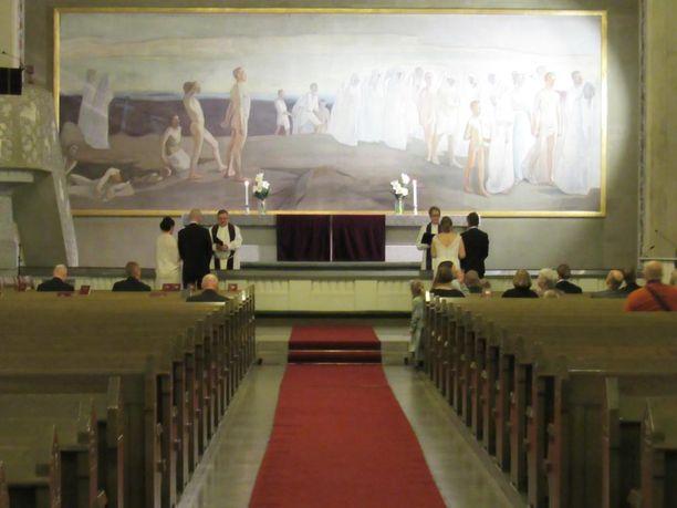 Hääyö kirkossa -tapahtumassa vihittiin 21 paria iltakuuden ja -yhdentoista välillä Tampereen Tuomiokirkkoseurakunnassa.