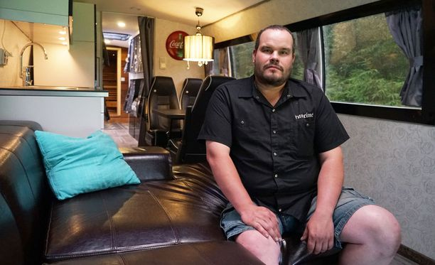 """Sami """"Härski"""" Hartikainen viihtyy bussissa melkein paremmin kuin kotona, eikä ihme. Täältä löytyy kaikki!"""