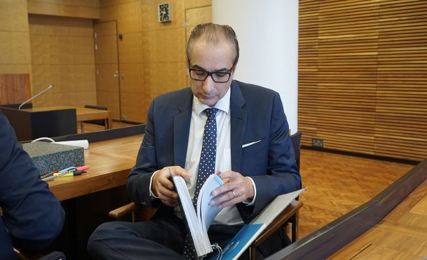 Asianajaja Heikki Lampelan tulot ovat pudonneet rajusti: vuonna 2015 tulot olivat yli 100 000 euroa, viime vuonna enää noin 35 000 euroa.