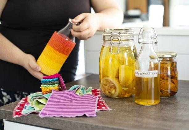 Somessa Pipsa Valkeilan hitti on puhdistukseen käytettävä sitrusetikka. Kuvassa myös ommeltuja kestotalouspapereita ja virkattuja kestovanulappuja. Valkeila käyttää niitä valuuttana vaihtokaupoissa.