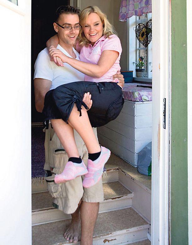 AVIOMIES AUTTAA –Onneksi mulla on niin vahva mies, että hän ottaa mut aina reppuselkään ja kantaa! Piia nauraa portaissa.