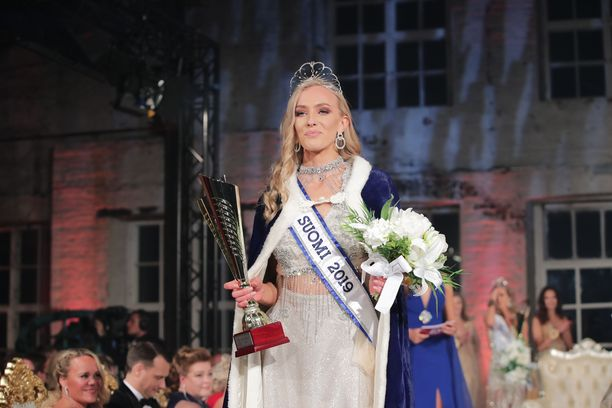 Anni Harjunpää ilahtui saatuaan kruunun kutreilleen. Yleisössä häntä kannusti perhe.