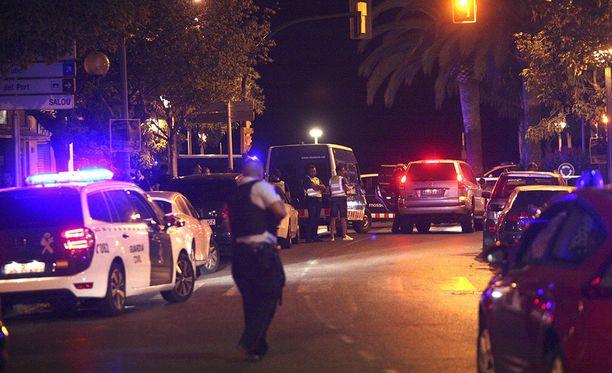 Poliisi partioi Gambrilsissa viime yönä sen jälkeen, kun viisi terroristia oli ammuttu.