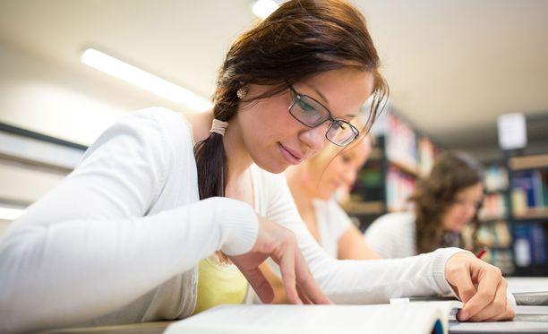 Ammattiin opiskelevien nuorten äidinkielenopettaja kertoo huomanneensa, että opiskelijat kokevat lukemisen usein tylsäksi ja he saattavat kyseenalaistaa äidinkielen tunneilla annettuja lukutehtäviä välillä ankarastikin. Kuvituskuva