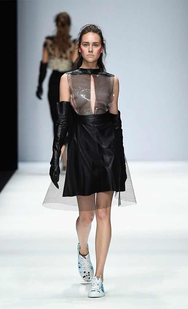 Irene Luftin näytöksessä nähdyt nahkainen minihame sekä PVC-yläosa sopivat hyvin teemaan.