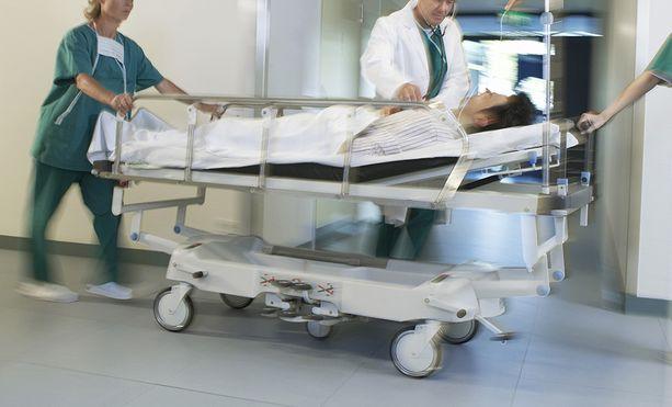 Lääkäri halusi nostaa esille ristiriitaa terveydenhuoltoa koskevien päätösten ja sairaalayhteisön työn välillä.