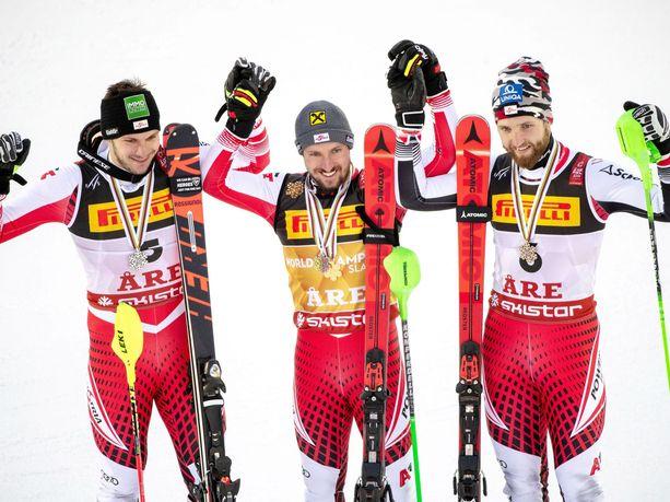 Michael Matt, Marcel Hirscher ja Marco Schwarz juhlivat kolmoisvoittoa MM-kisojen päätöslajissa.