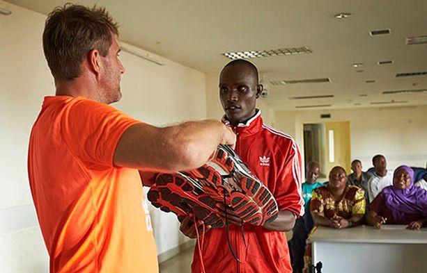 Tansanialainen keihäänheittäjä Christian John riemuitsi saatuaan lajin moninkertaisen arvokisamitalistin Tero Pitkämäen lahjoittamat lenkkarit käyttöönsä.