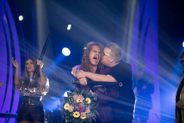 Pete Parkkonen sai karhumaisen halin laulaja Arttu Wiskarilta, kun Tähdet, tähdet -kisan voitto oli varmistunut.