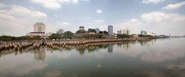 Kemikaalit sairastuttivat Malesiassa. Johorensalmi erottaa maan Singaporesta.
