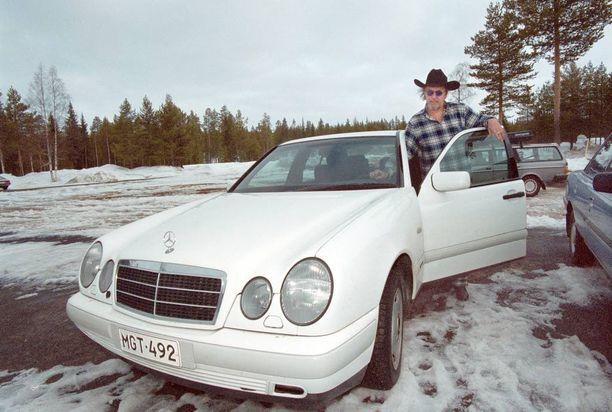Mercedes-Bentz oli myöhään ajokortin saaneen Topin vakiomerkki. Vuonna 2000 hänellä oli valkoinen kyytipeli.