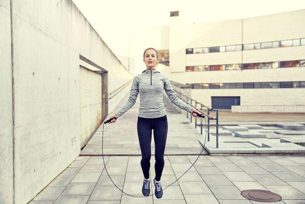Narulla voi hyppiä ulkona ja sisällä, kengillä tai ilman, mutta lenkkarit keventävät tärähtelyä.
