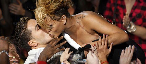 Saako suomalaisfanikin suudelman Rihannalta?