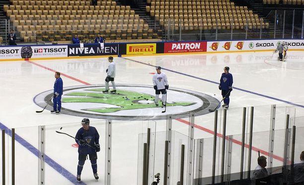 Leijonien aamuharjoituksissa lauantaina Tanskassa ei ollut ruuhkaa. Jäällä oli kuusi kenttäpelaajaa, kolme maalivahtia ja kaksi valmentajaa.