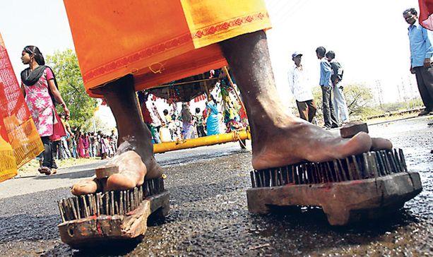 Tamilimies lepytteli eilen jumalia kulkemalla piikkikengillä ja vetämällä kärryjä Bhopalissa Intiassa. Tamilit osallistuivat uskonnolliseen kulkueeseen ja rukoilivat jumalilta hyvinvointia perheelleen ja yhteisölleen.