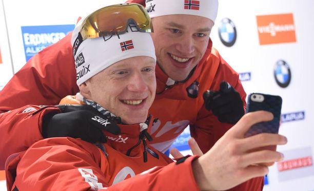 Johannes Bö (vas) on syntynyt vuonna 1993 ja Tarjei Bö vuonna 1988. Lauantaina he voittivat kultaa ja pronssia.