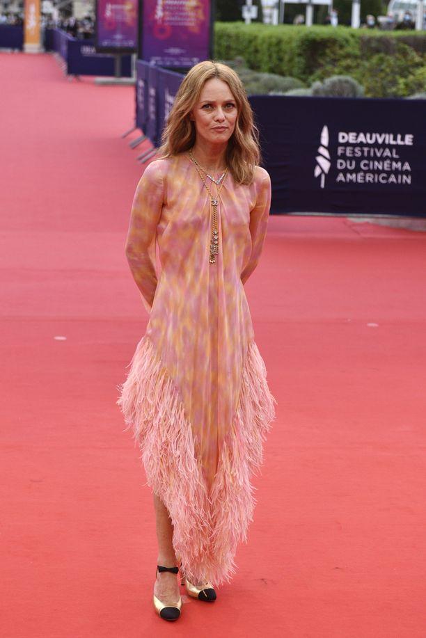 Vanessa Paradis Chanelin höyhenin koristellussa asussa.