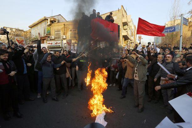 Britannian suurlähetystön edessä poltettiin sunnuntaina Britannian ja Israelin lippuja.