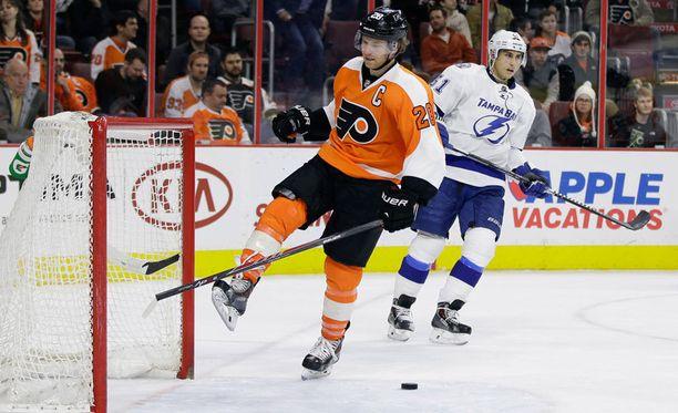 Philadelphia Flyersin kapteeni Claude Giroux ei ollut sulattaa Valtteri Filppulan maalia, vaan rikkoi mailansa maalitolppaan.